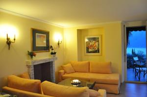 A seating area at Villa Sassalto