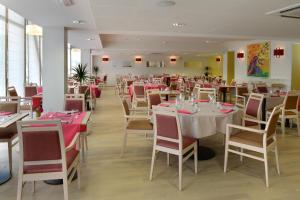A restaurant or other place to eat at Domitys Le Jardin des Trois Rois