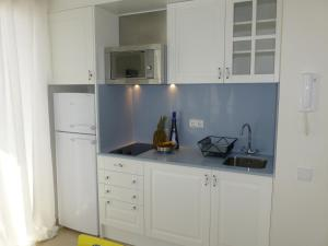 A kitchen or kitchenette at Dúplex y Apartamentos St. Francesc
