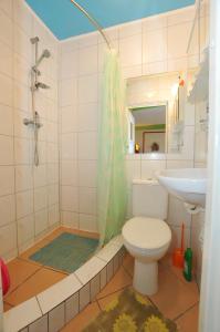 A bathroom at Ośrodek Wczasowy Domino Bis