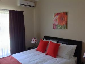 A bed or beds in a room at Ringwood Villa