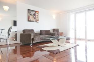 A seating area at Horizon Canary Wharf Apartments