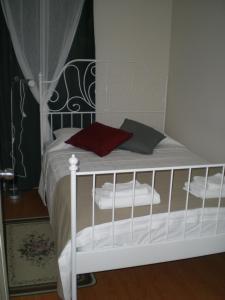 Un pat sau paturi într-o cameră la Konakli Apartments Izmir
