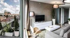 Telewizja i/lub zestaw kina domowego w obiekcie Wenceslas Square Terraces