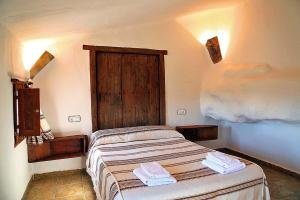 A bed or beds in a room at Cuevas La Atalaya