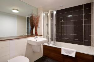 A bathroom at Skyline Plaza by esa