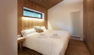 Cama o camas de una habitación en Cabañas Deluxe Basajaun Basoa by IrriSarri Land
