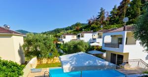 O vedere a piscinei de la sau din apropiere de Thassian Villas
