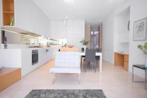A kitchen or kitchenette at Boutique Stays - The Residence, Brighton Luxury Apartment
