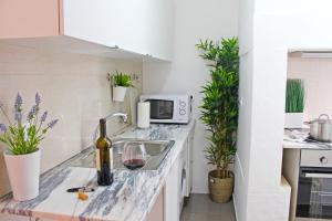 A kitchen or kitchenette at Blue Budget Apartments Bairro Alto
