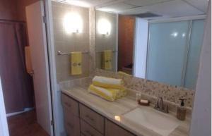 A bathroom at Cond. Marina Lanais