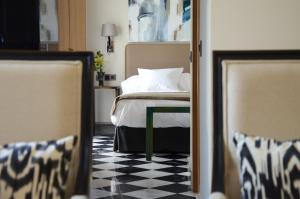 A bed or beds in a room at Aguilas5 SevillaSuites