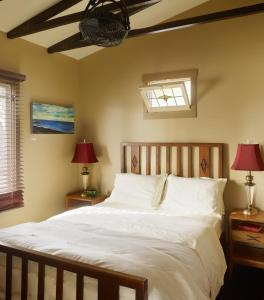 A bed or beds in a room at Venice Beach ECO Cottages