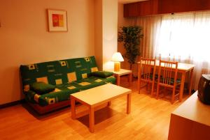 A seating area at Apartamentos Goya 75