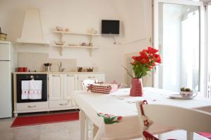 A kitchen or kitchenette at Masseria Bianca di Puglia