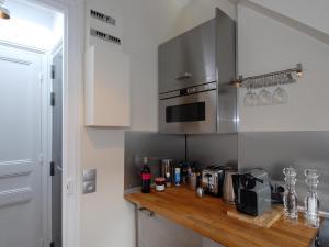 A kitchen or kitchenette at Appart'Tourisme Paris Porte de Versailles