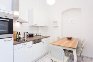 A kitchen or kitchenette at Apartment Berlin Zentrum