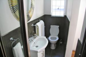 A bathroom at Lazy Days Apartments - Cape Town
