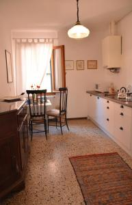 A kitchen or kitchenette at Dimora Novecento