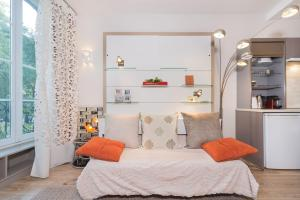 A bed or beds in a room at Marais