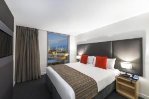 A bed or beds in a room at Mantra South Bank Brisbane