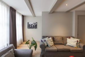 A seating area at Haarlemmerstraat Apartments
