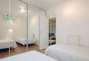 A bed or beds in a room at Appartement proche rue Mouffetard