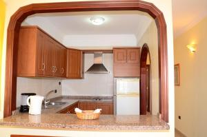 A kitchen or kitchenette at Apartamentos Callaomar