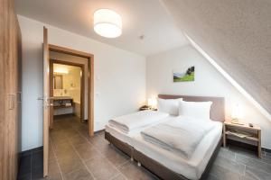 A bed or beds in a room at AlpenParks Hotel & Apartment Central Zell am See