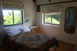 A bed or beds in a room at Fijnbosch Cottage and Camping