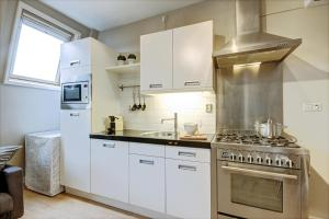 A kitchen or kitchenette at Gallery 4 Apartment