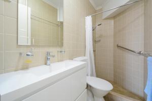 A bathroom at Peninsular Apartments