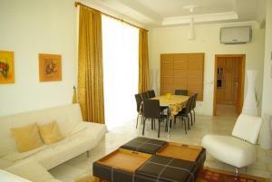 Ein Sitzbereich in der Unterkunft Holiday Home Gazipasa