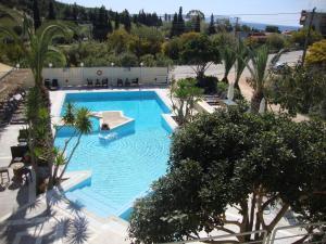 O vedere a piscinei de la sau din apropiere de Meraki Apartments and Studios