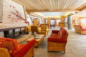 A seating area at Lagrange Vacances Le Hameau du Rocher Blanc