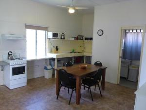 A kitchen or kitchenette at Kenny's Cabin