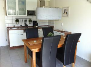 A kitchen or kitchenette at Beachhouse Tossens