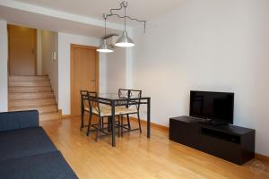 En tv och/eller ett underhållningssystem på Guell Modern Apartment