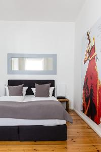 A bed or beds in a room at Berlinappart - Mitte Apartments