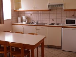 A kitchen or kitchenette at Domein Westhoek Apartment