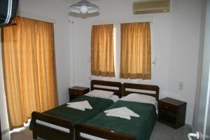 A bed or beds in a room at Litsa Mare Apartments