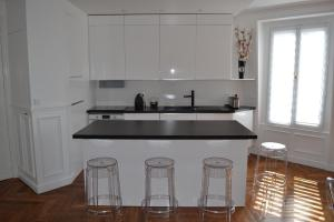 A kitchen or kitchenette at Appartement moulin rouge II
