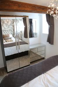 A bed or beds in a room at Quays Apartment