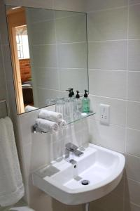 A bathroom at Quays Apartment