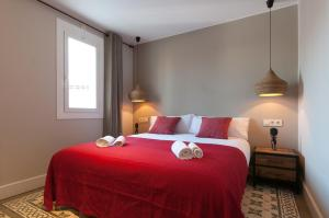 A bed or beds in a room at Weflating Suites Sant Antoni Market
