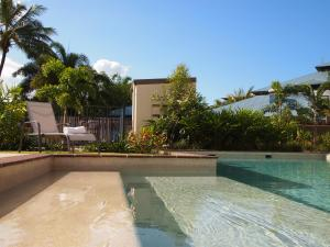 The swimming pool at or close to Edge Apartments Cairns