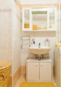 A bathroom at Apartment Aldo