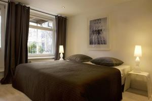 A bed or beds in a room at Nicolaas Amsterdam apartment