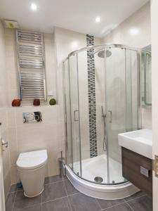 A bathroom at London City Apartments