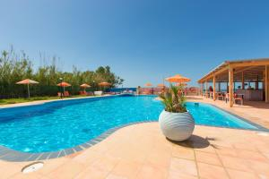 Het zwembad bij of vlak bij Trefon Apartment Hotel
